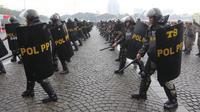 Satuan Polisi Pamong Praja menampilkan simulasi demo pertahanan dalam rangka perayan HUT Satpol PP ke-68 di Monas, Jakarta, Kamis (26/4). Gubernur DKI Anies Baswedan bertindak sebagai Inspektur Upacara HUT Satpol PP itu. (Liputan6.com/Arya Manggala)