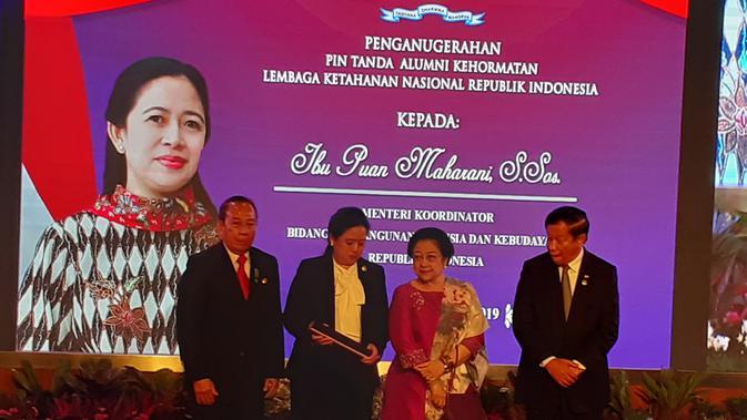 Menteri koordinator Pembangunan Manusia dan Kebudayaan (PMK) Puan Maharani mendapatkan penghargaan berupa pin kehormatan dari Lemhasan. (Merdeka.com/Hari Ariyanti)
