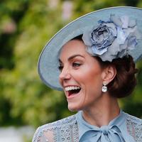 Duchess of Cambridge Kate Middleton mengenakan topi atau fascinator unik dengan bunga saat menghadiri ajang pacuan kuda Royal Ascot di Ascot, Inggris, Selasa (18/6/2019). Royal Ascot menjadi ajang bagi wanita Inggris untuk tampil dengan fascinator unik. (AP Photo/Alastair Grant)