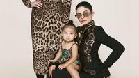 Putri Kylie Jenner, Stormi Webster baru berusia 17 bulan saat tampil di sampul majalah Harper's Bazaar Arabia. (dok. Instagram @kyliejenner/https://www.instagram.com/p/BzYbzDQH5m4/Dinny Mutiah)