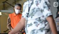 Mantan Komisioner KPU RI, Wahyu Setiawan usai menjalani sidang dengan agenda dakwaan saat sidang online di Gedung KPK, Jakarta, Kamis (28/5/2020). Wahyu Setiawan diperiksa terkait dugaan menerima suap pengurusan PAW anggota DPR dari PDIP. (merdeka.com/Dwi Narwoko)