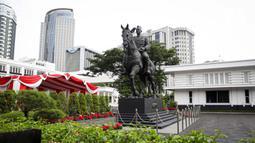 Patung Presiden ke-1 RI Soekarno terpajang di Gedung Kementerian Pertahanan, Jakarta, Minggu (6/6/2021). Menteri Pertahanan Prabowo Subianto mengungkapkan, patung Soekarno yang menunggangi kuda tersebut dilatarbelakangi peristiwa 5 Oktober 1946. (Liputan6.com/Faizal Fanani)