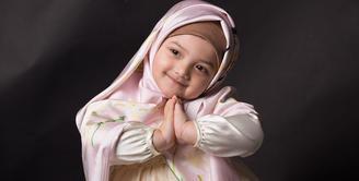 Arsy terlihat begitu imut saat ia mengenakan hijab. Anak kelahiran 14 Desember 2014 tampak makin imut dengan pose mengucap salam. (Foto: instagram.com/queenarsy)
