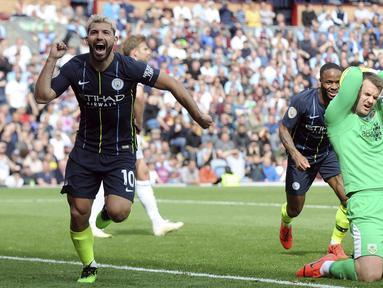 Striker Manchester City, Sergio Aguero, melakukan selebrasi usai membobol gawang Burnley pada laga Premier League di Stadion Turf Moor, Minggu (28/4). Manchester City menang 1-0 atas Burnley. (AP/Rui Vieira)