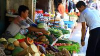 Aktivitas jual beli beli di pasar kawasan Glodok, Jakarta, Selasa (28/1/2020). Bank Indonesia memproyeksikan terjadi inflasi di Januari 2020 bersumber dari beberapa komoditas pangan yang mengalami tekanan harga, di antaranya telur ayam akan berkontribusi juga ke inflasi. (Liputan6.com/Angga Yuniar)