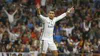 Bintang Real Madrid, Cristiano Ronaldo menjadi pemimpin klasemen pemain dengan tembakan terbanyak ke arah gawang dengan total 29 tembakan hingga pekan ke-9 La Liga Santander. (EPA/Kiko Huesca)