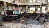 Tentara Filipina berjaga di dalam gereja pasca ledakan bom di Gereja Katolik Jolo, Filipina Selatan, Minggu (27/1). Dua bom meledak, Sedikitnya 27 orang tewas dan 57 orang lainnya mengalami luka. (Angkatan Bersenjata Filipina/HO/AFP)