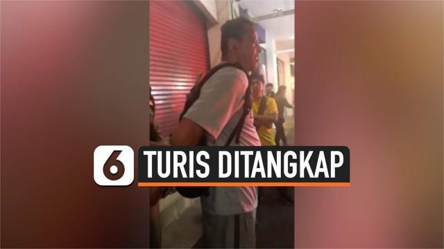 Turis asal Amerika bernama Daniel Franckowiak mengucapkan kata-kata rasis kepada penduduk lokal dan merusak sebuah toko di Thailand. Ia ditahan pihak kepolisian selama 2 malam.
