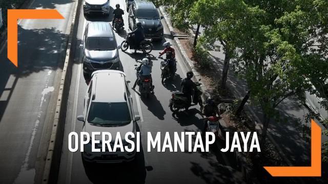 Menghindari Razia operasi Mantap jaya pengendara motor di kawasan Jalan Pramuka nekad melawan arus. Mereka tidak menghiraukan keselamatan dirinya dan pengendara lain. Polda Metro Jaya mulai menggelar operasi Mantap Jaya untuk menindak para pelanggar ...