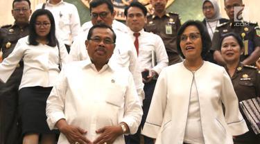 Jaksa Agung M. Prasetyo bersama Menteri Keuangan Sri Mulyani Indrawati seusai menggelar konferensi pers terkait putusan gugatan persidangan internasional di Gedung Kejaksaan Agung, Jakarta, Senin (1/4). (Liputan6.com/Immanuel Antonius)