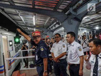 Komisaris Utama PT KAI Riza Prima melepas keberangkatan kereta Menoreh di Stasiun Jakarta Kota, Rabu (29/5/2019). PT KAI (Persero) difungsikannya Stasiun Jakarta Kota stasiun keberangkatan dan kedatangan kereta api jarak jauh. (Liputan6.com/Faizal Fanani)