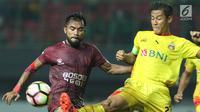 Gelandang PSM Makassar, Zulham M Zamrun (kiri) berebut bola dengan bek Bhayangkara FC, Indra Kahfi pada lanjutan Liga 1 Indonesia di Stadion Patriot Candrabhaga, Bekasi, Kamis (19/10). PSM Makassar unggul 2-0. (Liputan6.com/Helmi Fithriansyah)
