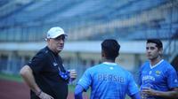 Pelatih Persib Bandung, Robert Rene Alberts (kiri) berbincang dengan pemainnya saat sesi latihan. (Bola.com/Erwin Snaz)