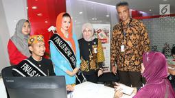 Corsec Bank DKI,  Zulfarshah (kedua kanan), Pemimpin Cabang Bank DKI balaikota Dewi Sumampouw (ketiga kanan) mendampingi memberikan edukasi perbankan kepada finalis Abang None DKI Jakarta 2018 saat roleplay, Jakarta (26/07). (Liputan6.com/HO/Budi)