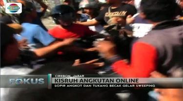 Ratusan massa yang terdiri dari sopir angkot dan tukang becak lakukan sweeping terhadap angkutan online di Cirebon, Jawa Barat.