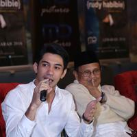 Reza Rahadian dan BJ Habibie. (Nurwahyunan/Bintang.com)