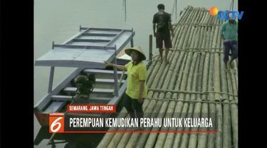 Siti, contoh Kartini masa kini yang menjemput rezeki dengan menjadi sopir perahu di Danau Rawa Pening, Semarang, Jawa Tengah.
