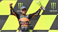 5. Pembalap Red Bull KTM Factory Racing, Brad Binder, berhasil menjuarai balapan MotoGP Republik Ceska di Sirkuit Brno, Minggu (9/8/2020). Kemenangan itu membawa Brad Binder menempati posisi lima dengan 28 poin. (AFP/Joe Klamar)