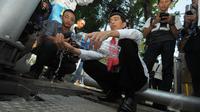 Mantan Wali Kota Solo itu mencoba air hasil penyulingan yang diberikan petugas untuk mencuci tangan, Jakarta, Jumat (23/5/14). (Liputan6.com/Herman Zakharia)