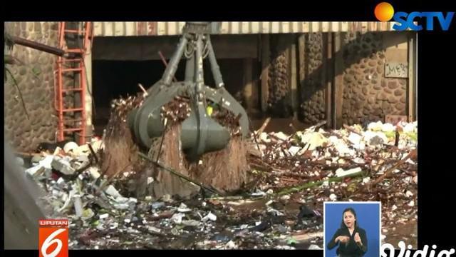 Sampah yang datang sejak dinihari tadi pun langsung diangkut oleh petugas mengantisipi bahaya banjir di Ibu Kota.