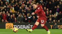 Aksi gelandang Liverpool, Xhredan Shaqiri melepaskan tendangan ke gawang Everton dalam laga lanjutan Premier League yang berlangsung di stadion Anfield, Inggris, Minggu (2/12). Liverpool menang 1-0 atas Everton. (AFP/Oli Scarff)
