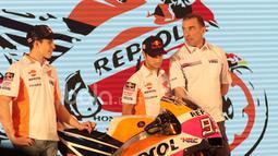 Marc Marquez (kiri) dan Dani Pedrosa (tengah) berdiskusi dengan Tim Principal Repsol Honda, Livio Suppo pada peluncuran Repsol Honda RC213V di Kemayoran, Jakarta, Jumat (3/2/2017).  (Bola.com/Nicklas Hanoatubun)