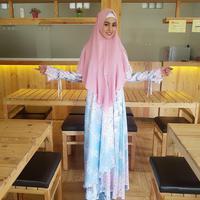 Tampil sweet pakai hijab. (kartikaputriworld/instagram)