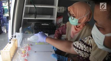 Petugas BPOM Gorontalo memeriksa sampel makanan berbuka puasa atau takjil saat melakukan inspeksi di sejumlah tempat di Kabupaten Gorontalo, Selasa (14/5/2019). Pemeriksaan dilakukan untuk memastikan makanan yang dijual para pedagang tidak mengandung bahan berbahaya. (Liputan6.com/Arfandi Ibrahim)