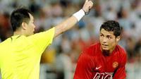 Wasit Cina Huang Junjie memberikan tendangan bebas kepada bintang MU Cristiano Ronaldo (kanan) di laga persahabatan melawan klub Cina, Shenzhen, di Macau, 23 Juli 2007. MU menang 6-0. AFP PHOTO / PHILIPPE LOPEZ