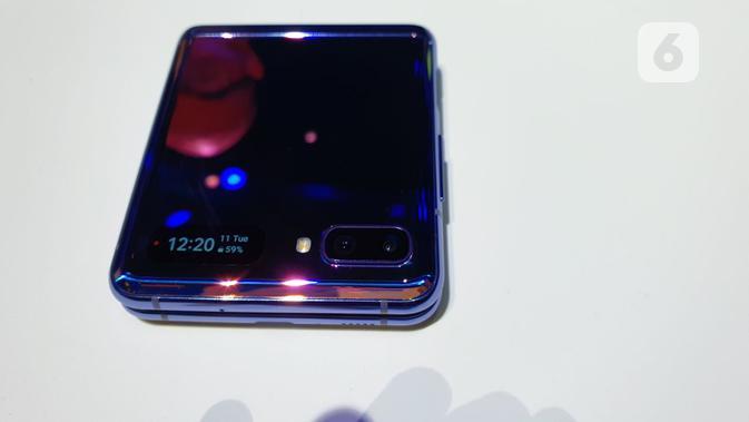 Bentuk Galaxy Z Flip saat dalam posisi ditutup, menampilkan layar kedua dan dual kamera. (Liputan6.com/ Agustin Setyo Wardani)