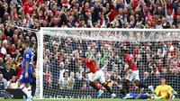 Striker Manchester United, Anthony Martial, melakukan selebrasi usai membobol gawang Chelsea pada laga Premier League 2019 di Stadion Old Trafford, Minggu (11/8). Manchester United menang 4-0 atas Chelsea. (AP/Dave Thompson)