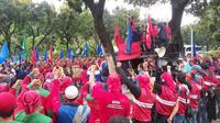 Demo buruh menuntut kenaikan UMP DKI 2017 (Liputan6.com/ Delvira Chaerani Hutabarat)