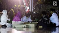 Ketum PDIP Megawati Soekarno Putri memanjatkan doa usai menaburkan bunga di pusara makam Presiden Pertama Soekarno di Blitar, Jawa Timur, Senin (6/6). Ini merupakan rangkaian dari acara hari lahir Pancasila dan Haul Bung Karno. (Liputan6.com/Johan Tallo)