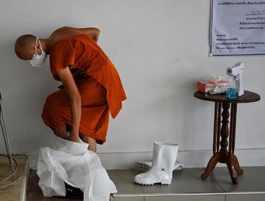 FOTO: Kasus COVID-19 Melonjak, Biksu Thailand Kenakan Alat Pelindung Diri
