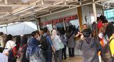 Calon penumpang antre membeli tiket kertas di Stasiun Depok Baru, Jawa Barat, Senin (23/7). PT Kereta Commuter Indonesia (KCI) di wilayah Jabodetabek memberlakukan pembelian tiket kertas pengganti tiket elektronik KRL. (Liputan6.com/Immanuel Antonius)