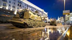 Kendaraan militer Rusia bersiap untuk meluncur di sepanjang Jalan Tverskaya menuju Lapangan Merah saat latihan parade militer Hari Kemenangan di Moskow, Rusia, Kamis (29/4/2021). Pawai digelar untuk merayakan 76 tahun kemenangan Rusia di PD II. (AP Photo/Alexander Zemlianichenko)