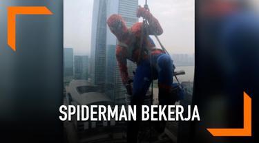 Demam Avengers dirasakan hingga saat ini di berbagai belahan dunia termasuk China. Buktinya salah seorang petugas menggunakan kostum Spiderman saat bekerja membersihkan jendela gedung.