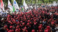 Massa buruh Konfederasi Serikat Pekerja Indonesia (KSPI) menyemut di depan Balai Kota DKI Jakarta, Jumat (10/11). Puluhan ribu buruh berunjuk rasa menuntut agar UMP di Jakarta direvisi dari Rp3,6 juta menjadi Rp3,9 juta. (Liputan6.com/Faizal Fanani)
