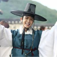 Lee Joon Gi terlihat begitu tampan saat memakai hanbok. Hal itu dapat dilihat saat ia bermain dalam drama Scarlet Heart: Goryeo, Gunman in Joseon, dan The King and the Clown. (Foto: soompi.com)