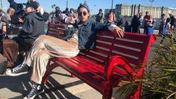 Begini gaya padu padan cewek berusia 26 tahun saat berlibur ke Los Angeles, California. Dinda lebih suka mengenakan pakaian yang nyaman. Salah satunya kaos panjang polos di mix dengan denim, ditambah sentuhan celana bludru warna gold soft yang eye catching.(Liputan6.com/IG/@adindathomas)