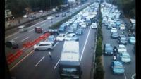 Pengalihan arus lalu lintas saat tim Gegana menyelidiki benda mencurigakan di tol dalam kota, Minggu (1/3/2015) (Twitter/@tmcpoldametro)