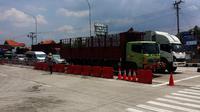 Sejumlah kendaraan berat jenis trailer dan truk besar masih beroperasi melintasi jalur pantura Brebes-Tegal, Jumat (9/9/2016) siang. (Liputan6.com/Fajar Eko Nugroho)