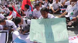 Serikat Pekerja (SP) PD Pasar Jaya membawa poster saat menggelar unjuk rasa di depan Kantor PD Pasar Jaya, Jakarta, Rabu (2/8). Mereka memprotes pengangkatan tenaga profesional yang dianggap merugikan karyawan lama. (Liputan6.com/Angga Yuniar)