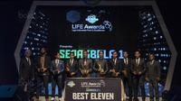 Sejumlah pemain menerima penghargaan Best Eleven Liga 1 di Hotel Mulia, Jakarta, Jumat (22/12/2017). Malam Penghargaan Liga 1 memberi apresiasi kepada sejumlah tokoh sepak bola. (Bola.com/Vitalis Yogi Trisna)
