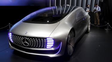 Mobil konsep bernama Mercedes-Benz F 015 saat dipamerkan pada Tokyo Motor Show ke 44 di Jepang, Rabu (28/10/2015). Lebih dari 76 merk mobil ternama akan hadir di pagelaran ini. (REUTERS/Toru Hanai)
