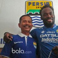 Michael Essien (kanan) saat berfoto bersama Pelatih Persib Bandung, Djadjang Nurjaman  pada sesi perkenalan yang bertepatan dengan HUT Persib Bandung ke-84 di Bandung, Selasa (14/3/2017). (Bola.com/ Erwin Snaz)