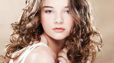 Cara Merawat Rambut Ikal dan Keriting Alami - Beauty Fimela.com e6f66cbd41