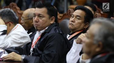 Ketua Tim Hukum Joko Widodo-Ma'ruf Amin, Yusril Ihza Mahendra mendengarkan tuntutan yang dibacakan tim kuasa hukum pasangan calon nomor urut 02 pada sidang perdana sengketa Pilpres 2019 di Mahkamah Konstitusi, Jakarta, Jumat (14/6/2019). (Lputan6.com/Johan Tallo)