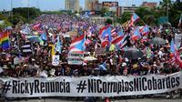 Demonstrasi Puerto Rico Juli 2019, disebut sebagai salah satu yang terbesar dalam sejarah teritori Amerika Serikat itu. Massa mendesak Gubernur Ricardo Rossello untuk mundur. (Carlos Giusti / AP PHOTO)