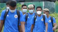 Pemain Timnas Indonesia berjalan menuju lapangan saat sesi latihan di Lapangan D Senayan, Jakarta, Rabu, (10/2/2021). Latihan tersebut untuk persiapan SEA Games 2021 di Vietnam. (Bola.com/M Iqbal Ichsan)